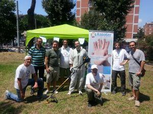 volontari puliscono